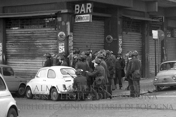 1971: Scontri tra occupanti di appartamenti appena costruiti e agenti di polizia intervenuti per effettuare lo sgombero. Roma, 31.3.1971