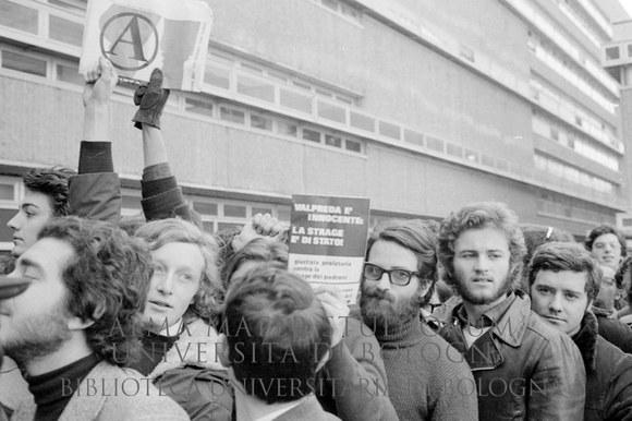 1972: Inizio del processo contro Pietro Valpreda per la strage di piazza Fontana: manifestazione nel cortile del tribunale. Roma, 23.2.1972