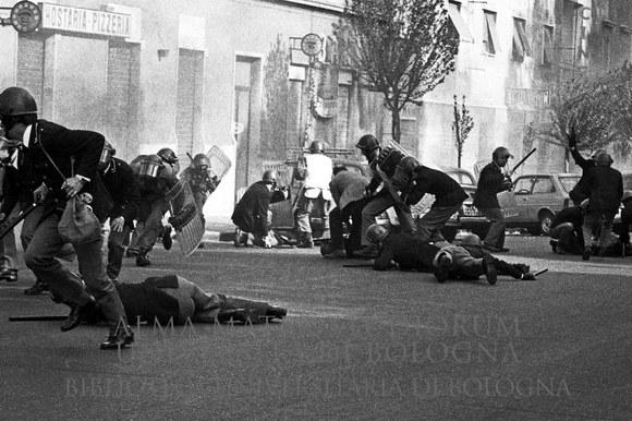 1977: Durante gli scontri tra forze dell'ordine e militanti di autonomia rimane ucciso l'agente Settimio Passamonti e gravemente ferito l'agente Antonio Merenda. Roma, 21.4.1977