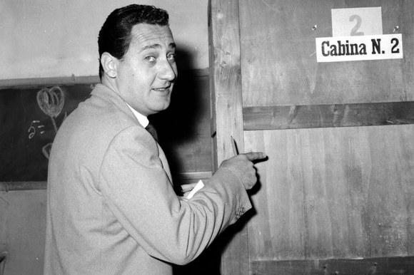 Alberto Sordi al voto per le elezioni amministrative. Roma, 28.5.1956