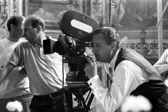 Alberto Sordi dietro la macchina da presa sul set del film «Scusi, lei è favorevole o contrario?». Roma, 7.10.1966