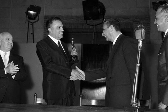Il Presidente del Consiglio Aldo Moro consegna a Federico Fellini l'Oscar per il film «8 ½». Roma, 26.4.1964