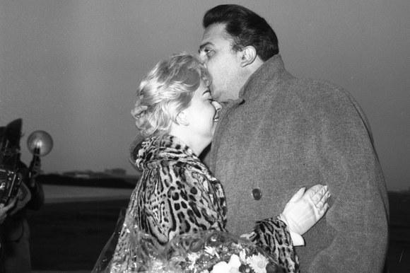 Federico Fellini saluta Giulietta Masina in partenza per Los Angeles per la candidatura all'Oscar del film «Le notti di Cabiria». Roma, 24.3.1958