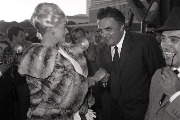 Anita Ekberg e Federico Fellini in viale Shakespeare al quartiere Eur pochi giorni prima dell'inizio delle riprese di «Le tentazioni del dottor Antonio» episodio del film «Boccaccio '70». Roma, 29.5.1961