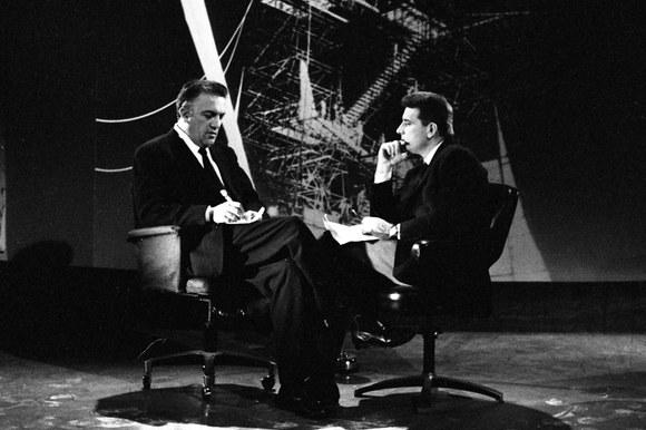 Federico Fellini e Sergio Zavoli durante le riprese di «Un'ora (e ½) con il regista di 8 ½». Roma, 5.4.1964