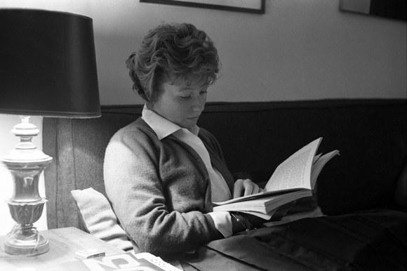Dacia Maraini nella sua abitazione. Roma, 12 maggio 1962